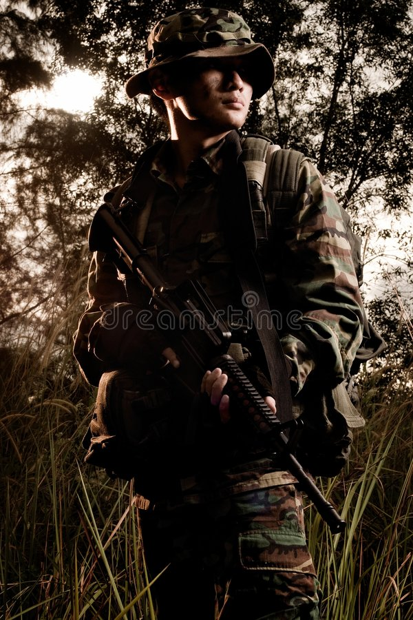 Soldat dans la jungle images libres de droits