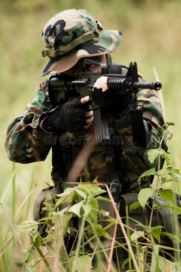 Soldat dans la jungle photos stock