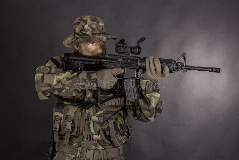 Soldat dans le camouflage et l'arme moderne M4 photos stock