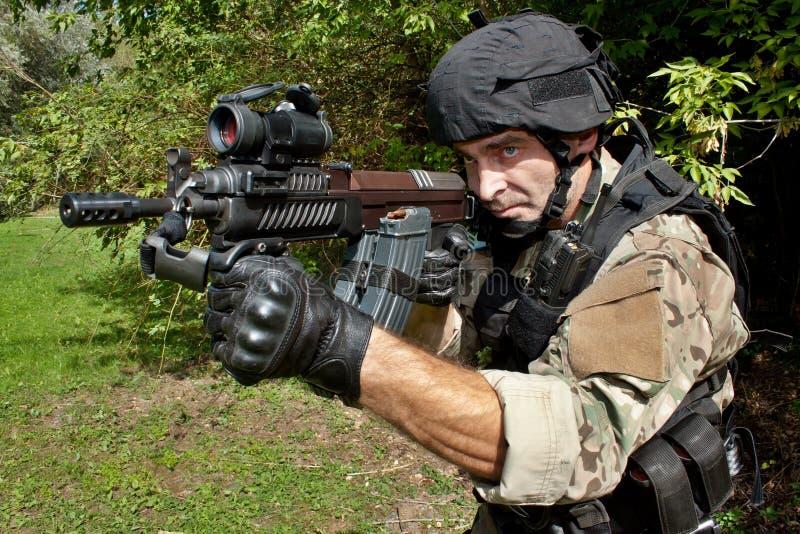 Soldat de forces spéciales avec un fusil d'assaut photos stock