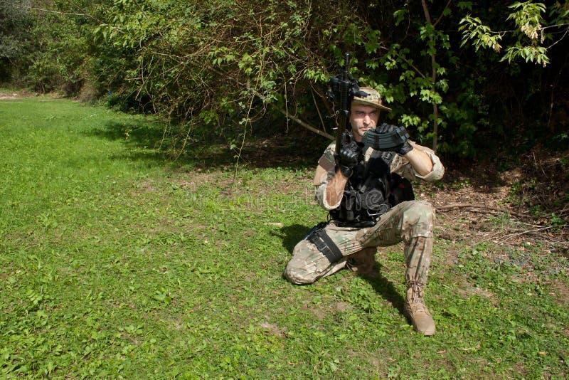 Soldat de forces spéciales avec un fusil d'assaut images libres de droits