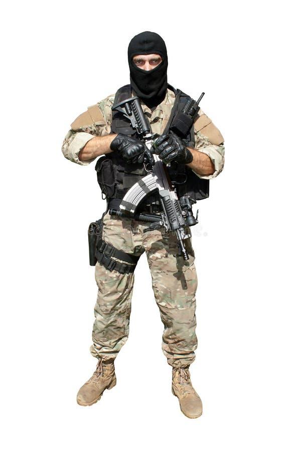 Soldat de forces spéciales avec un fusil d'assaut photographie stock libre de droits