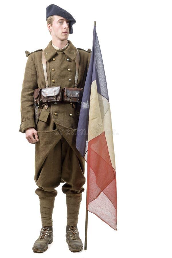 soldat de 1940 Français avec un drapeau d'isolement sur un fond blanc image libre de droits