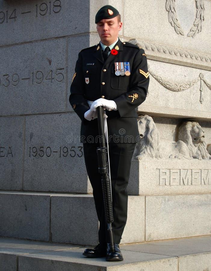 Soldat de jour de souvenir devant le mémorial de guerre images stock