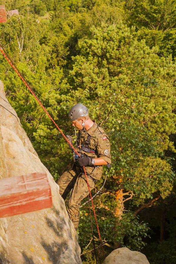 Soldat de l'armée polonaise pendant les exercices du ri de corde images stock