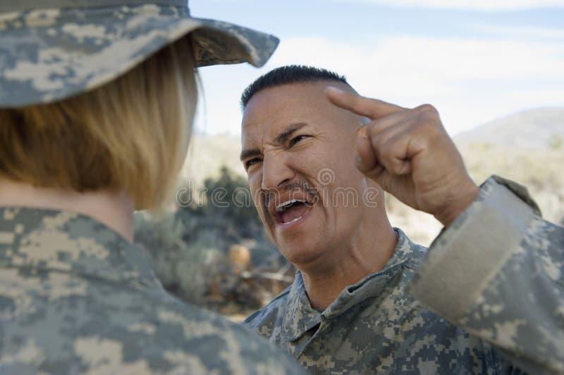 Soldat de Shouting At Female d'officier militaire image libre de droits