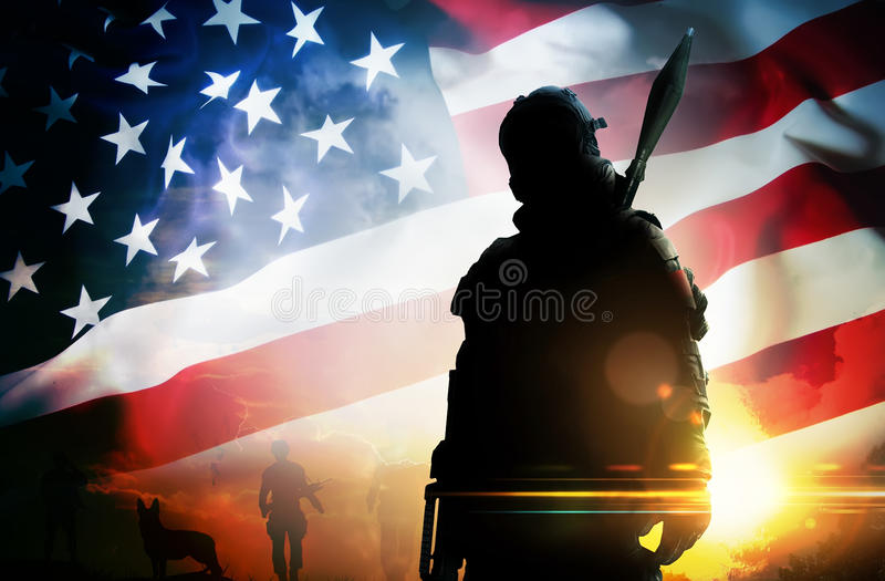 Soldat de silhouette au coucher du soleil photo libre de droits