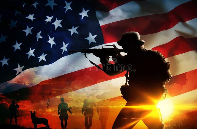Soldat de silhouette au coucher du soleil photos stock
