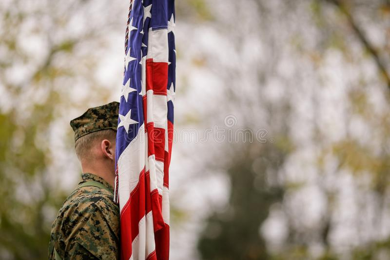 Soldat der AMERIKANISCHEN Armee mit US-Flagge stockbilder
