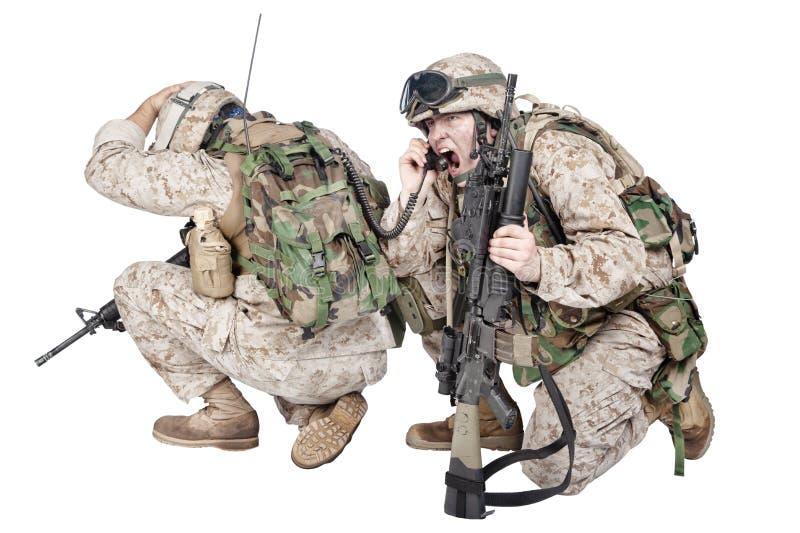 Soldat, der auf Radio unter Beschuss Studiotrieb spricht stockbilder