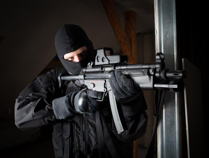 Soldat der besonderen Kräfte ist, schießend zielend und auf dem Ziel lizenzfreie stockfotos