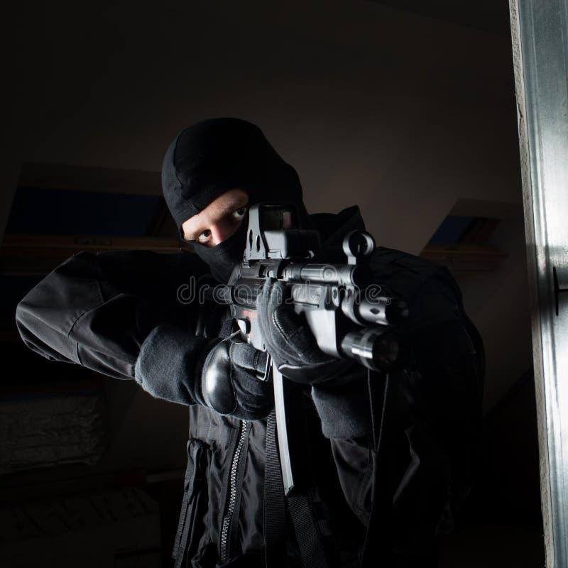 Soldat der besonderen Kräfte ist, schießend zielend und auf dem Ziel lizenzfreie stockfotografie