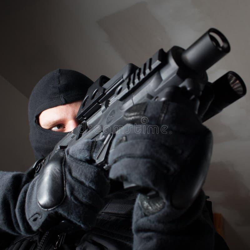 Soldat der besonderen Kräfte ist, schießend zielend und auf dem Ziel stockbilder