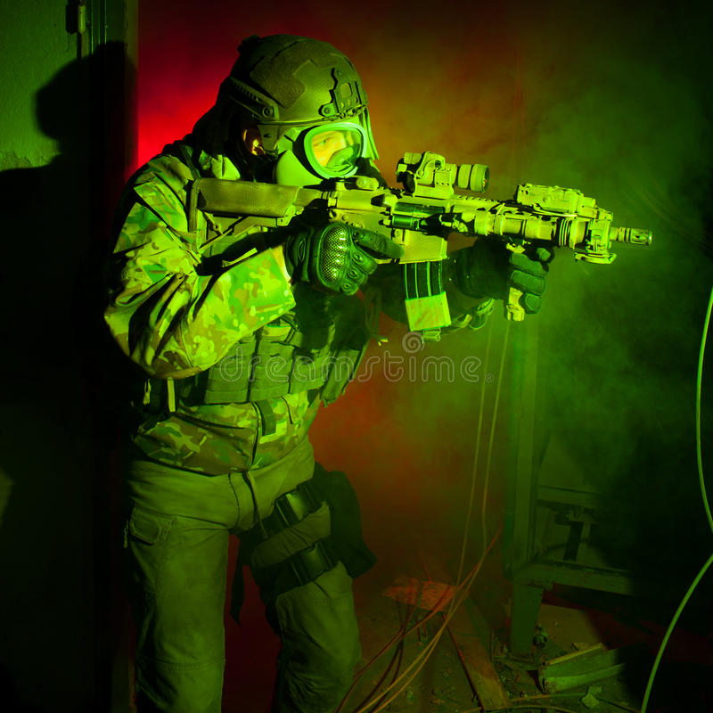 Soldat der besonderen Kräfte mit Gasmaske während des Nachtauftrags stockbilder