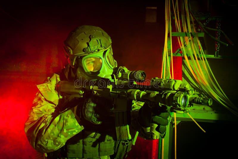 Soldat der besonderen Kräfte mit Gasmaske während des Nachtauftrags lizenzfreies stockbild