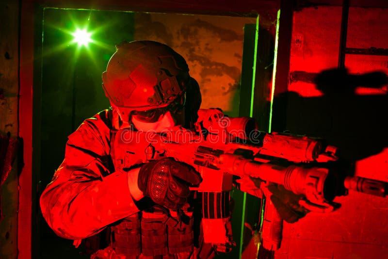 Soldat der besonderen Kräfte während des Nachtauftrags lizenzfreie stockfotografie