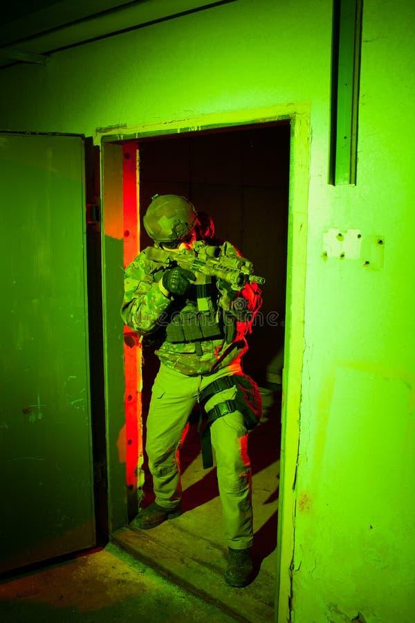 Soldat der besonderen Kräfte während des Nachtauftrags lizenzfreies stockfoto