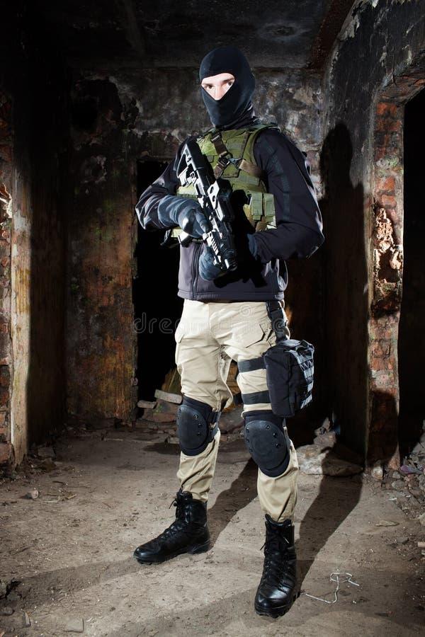Soldat der besonderen Kräfte während des Nachtauftrags stockbild