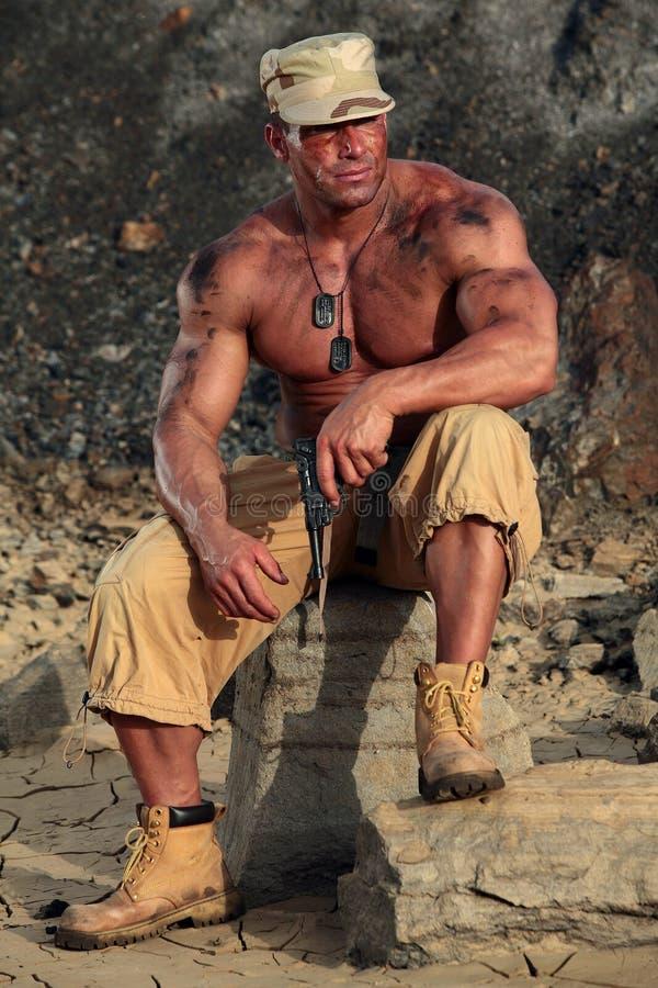 Soldat, der in der Kiesgrube sitzt stockfoto