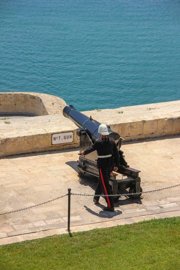 Soldat in der Militäruniform bereit, eine Explosion am Mittag durch eine Weinlesekanone in Valletta zu machen lizenzfreie stockbilder