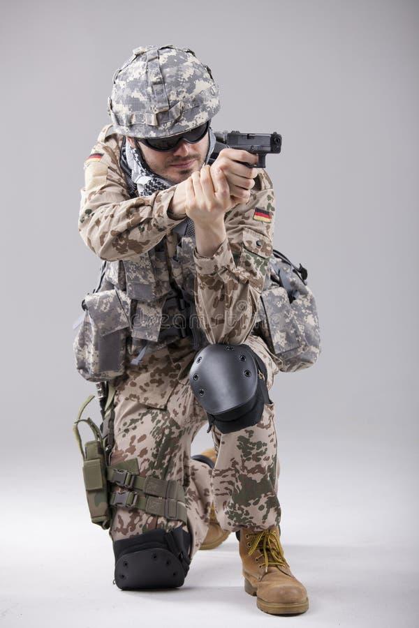 Soldat, der mit Gewehr zielt lizenzfreie stockfotos