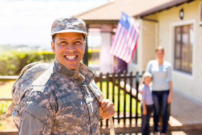 Soldat, der nach Hause zurückkommt stockbild