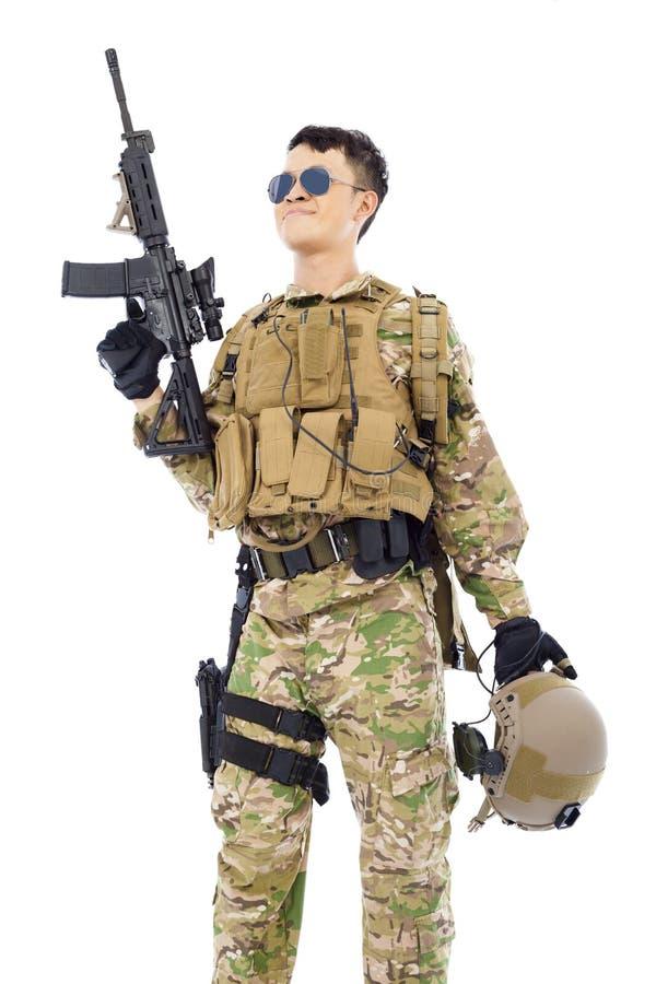 Soldat, der oben Gewehr oder Scharfschützen mit weißem Hintergrund züchtet lizenzfreie stockbilder
