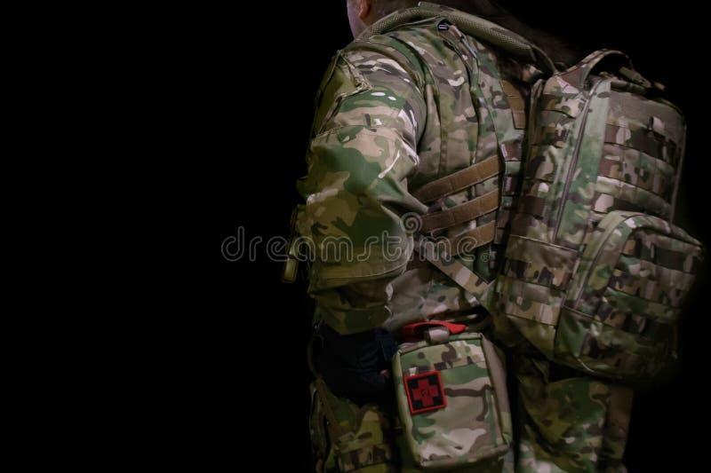 Soldat in der Tarnung mit einem Gewehr lizenzfreies stockbild
