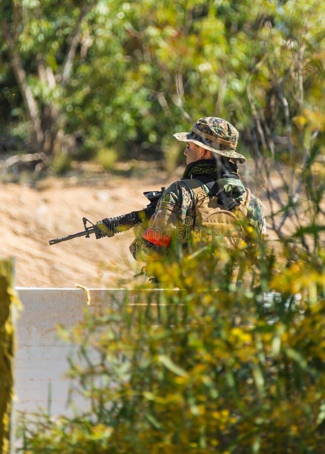 Soldat in der Uniform mit Waffe stockbilder
