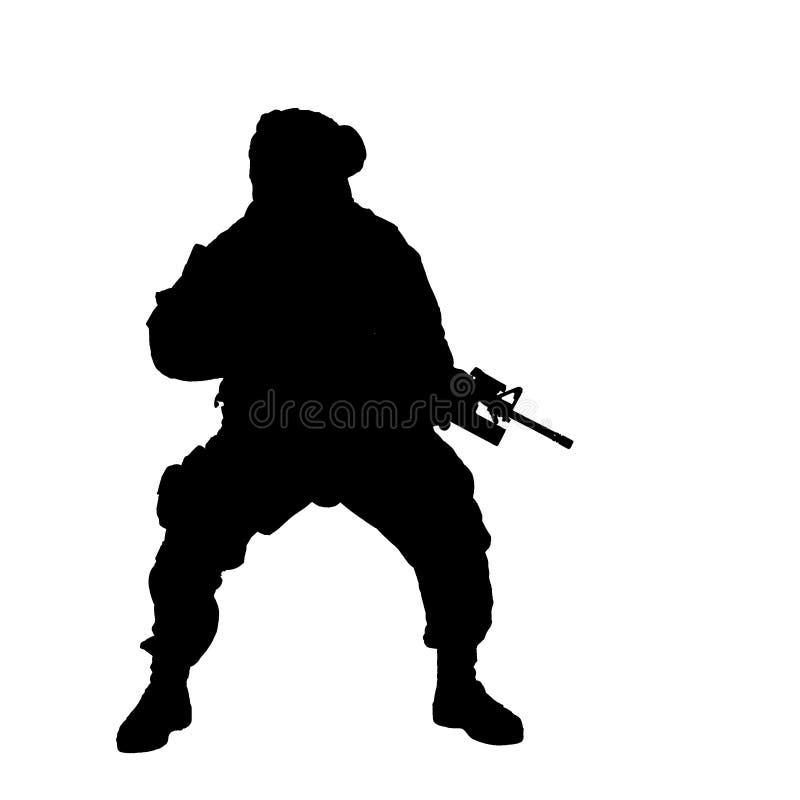 Soldat, der unter Beschuss und schreiende Bestellungen sich duckt stockbild