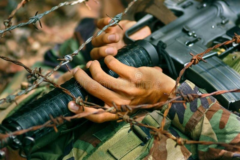 Soldat, der unter Widerhaken kriecht stockbilder
