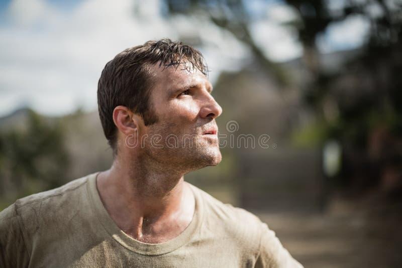 Soldat, der während des Hindernislaufs steht lizenzfreie stockbilder