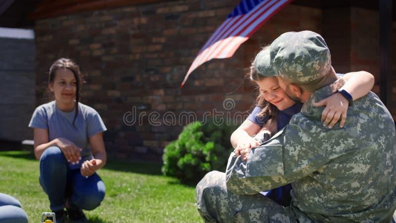 Soldat, der Zeit mit Familie verbringt lizenzfreie stockfotografie