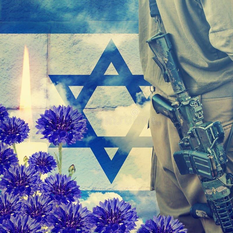 Soldat des forces de défense israéliennes sur le fond israélien de drapeau national, de mur et de ciel Bougie brûlante cérémonieu photographie stock libre de droits