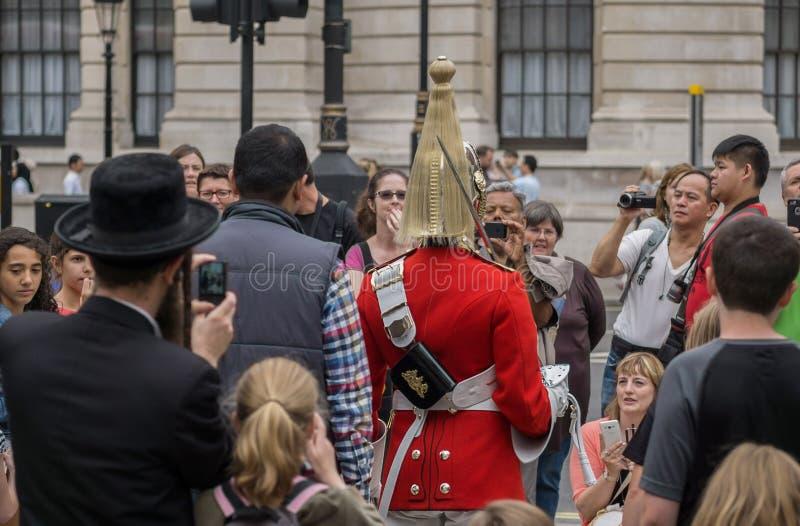 Soldat des königlichen Pferdeschutzes in London umgab durch Touristen einschließlich Hasidic jüdische Familie im Vordergrund stockfotos