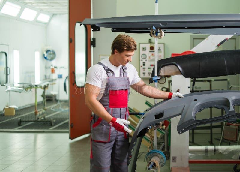 Soldat in einer Autowerkstatt stockbild