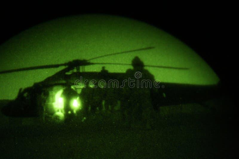 Soldat-Eingabe-Hubschrauber nachts stockfotos