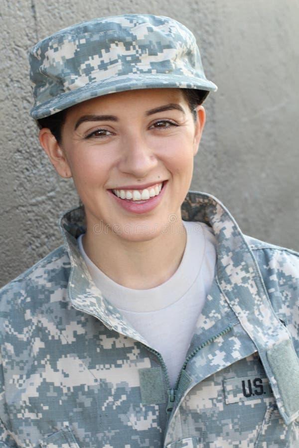 Soldat féminin d'armée ethnique en bonne santé heureuse souriant et riant montrant la fierté et la joie image libre de droits