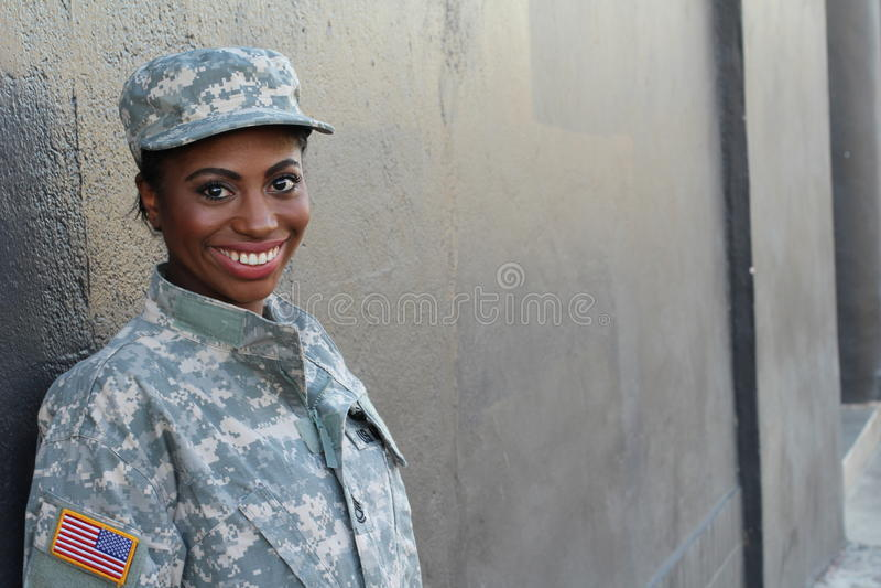 Soldat féminin Smiling d'Afro-américain de vétéran photo libre de droits