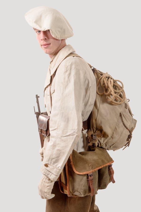 Soldat français de montagne avec les années 1940 uniformes photographie stock