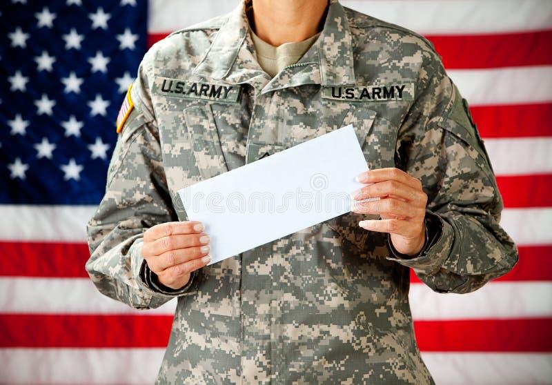 Soldat: Halten eines leeren Umschlags stockbilder