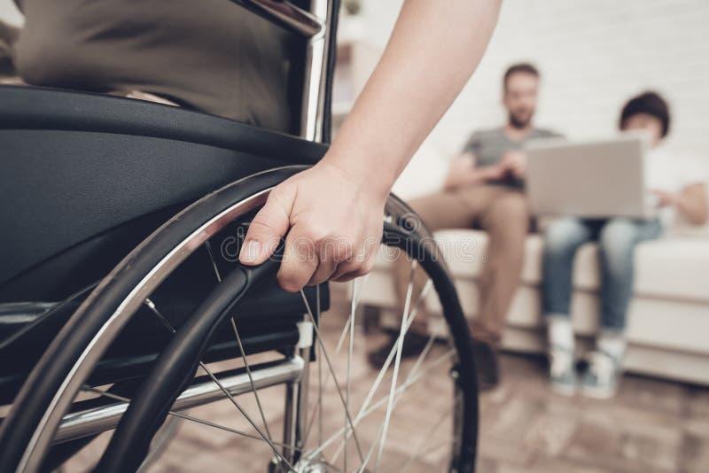 Soldat handicapé In un fauteuil roulant Femme paralysée images libres de droits