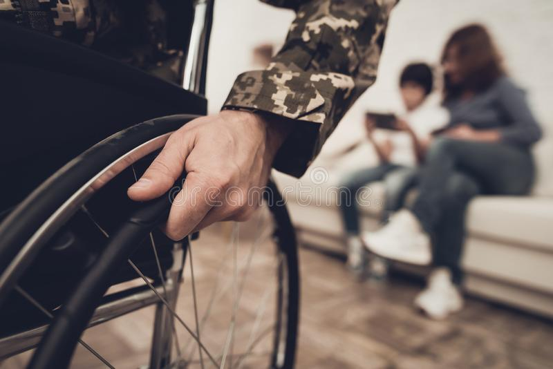 Soldat handicapé In un fauteuil roulant Homme paralysé photo stock