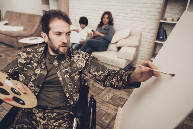Soldat handicapé In Wheelchair Draws une photo image libre de droits