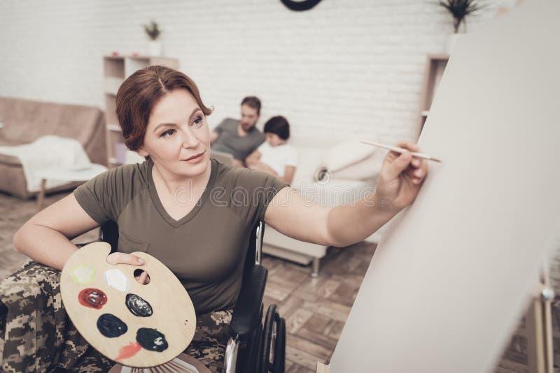 Soldat handicapé In Wheelchair Draws une photo photographie stock libre de droits