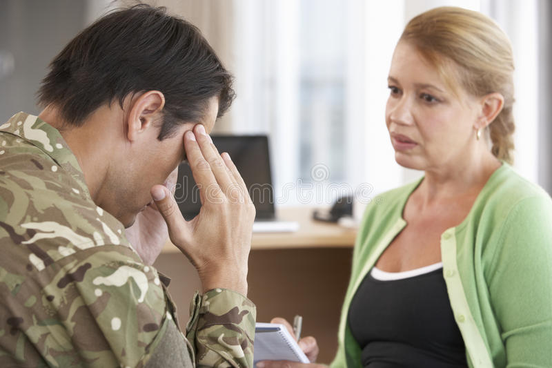 Soldat Having Counselling Session royaltyfri bild