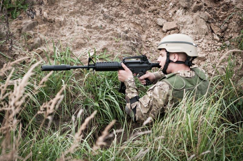 Soldat i dike royaltyfri foto