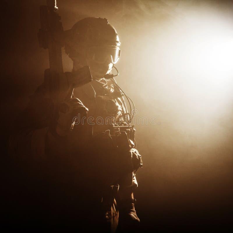 Soldat i röken royaltyfri foto