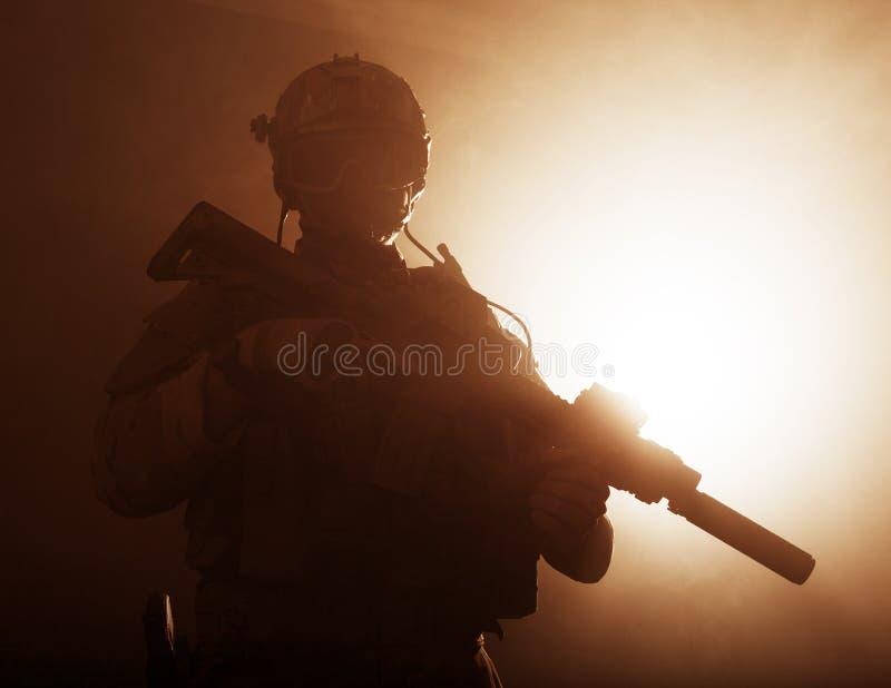 Soldat i röken royaltyfri bild