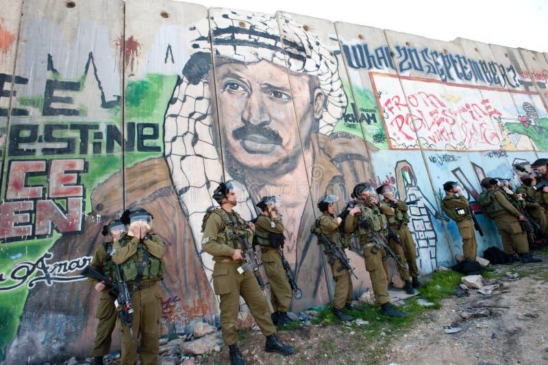 Soldat israélien affecté par le gaz lacrymogène photos libres de droits